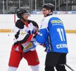 Fotbalisté Dynama na ledě. Staří přehráli mladé