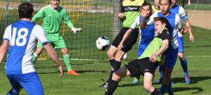 Osek poprvé na jaře ztratil body, Olešníku podlehl doma 0:3. Před Jirkalovou brankou se snaží prosadit Martin Carda.