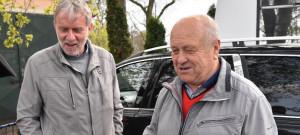 Patrioti fotbalu v podzámčí. Karel Vácha starší (vpravo) a senátor Tomáš Jirsa, který je zároveň od roku 1994 starostou Hluboké.