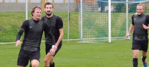Olešnický šutér Radim Štos (vlevo) se beží radovat z vítězného gólu v Třeboni.