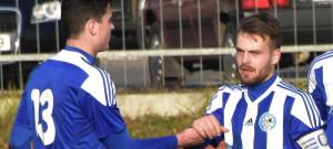 Michal Mišiak si plácá s Ondřejem Míkou (č. 13) po prvním gólu v roudenské síti.