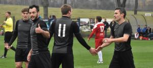 Hráči Olešníka oslavují jeden z deseti gólů proti Blatné. Zleva Martin Šíma, Lukáš Dudek, Radim Štos (č. 11) a David Lafata.
