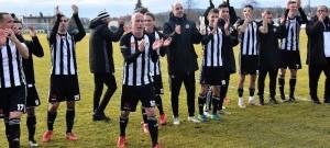 Hráči Dynama oslavují s fanoušky výhru ve Vlašimi.