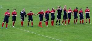 Fotbalisté soběslavského Spartaku oslavují s fanoušky sobotní výhru nad Sedlčany.