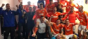 Katovičtí oslavují v kabině na Složišti zasloužené vítězství.