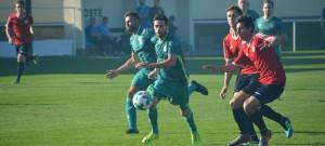 Útočí letní posily Jankova, vlevo Tomáš Smékal, u míče exhlubocký Martin Lovička.