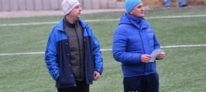 Trenér Soběslavi Radek Hajič (vlevo) s asistentem Vladimírem Hanzalem při prvním letošním střetnutí na umělce v Benešově (0:2).