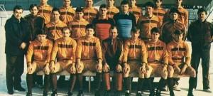 Táborští vojáci na snímku z roku 1985 pod taktovkou trenéra Jaroslava Kozačky (vpředu uprostřed). V první řadě jistě poznáte ostravského Staše či sparťana Vrabce.