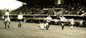 Na snímku z utkání Dynamo ČB – Vítkovice 1:2 vidíte dva pozdější kapitány nároďáku a vicemistry Evropy 1996. Vlevo stopera Miroslava Kadlece a uprostřed středopolaře Jiřího Němce.