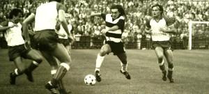 Jiří Němec při svém typickém průniku do soupeřovy obrany na podzim 1985.