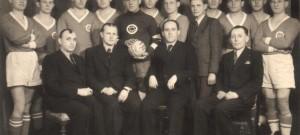 Mistr župy 1930 DSK Tábor v ateliéru i s funkcionáři klubu.