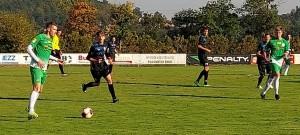 Lukáš Wohlgemuth (u míče) se třemi góly podílel na vysoké výhře béčka Roudného s Loučovicemi.